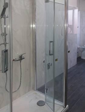 Box doccia con lastra Marmoresina effetto marmo