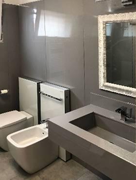 Interno bagno con parete lastra Marmoresina grigio SD
